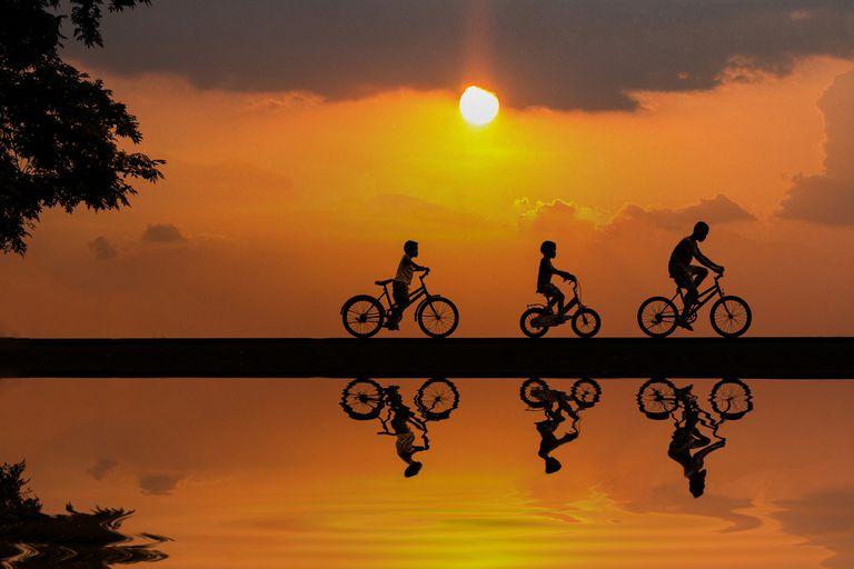 niños manejando bicicleta