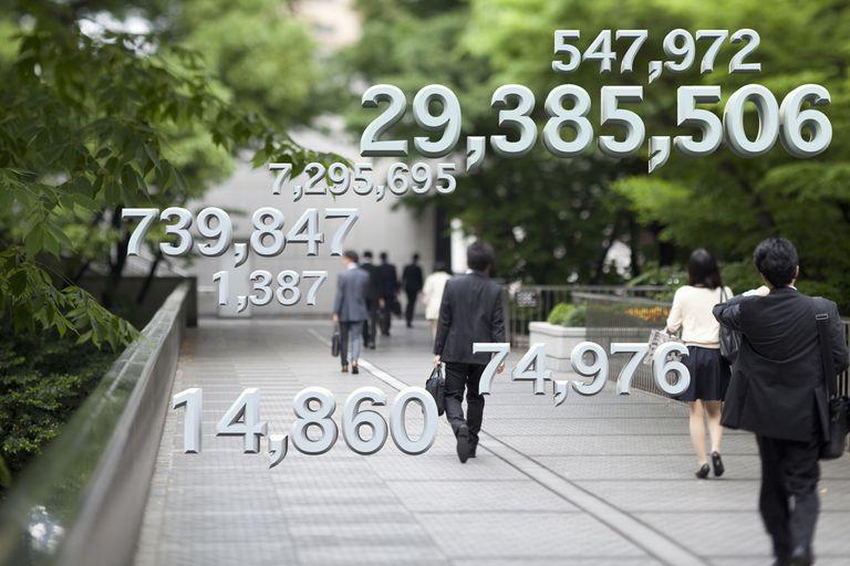 Personas caminando y datos sobreimpresos.
