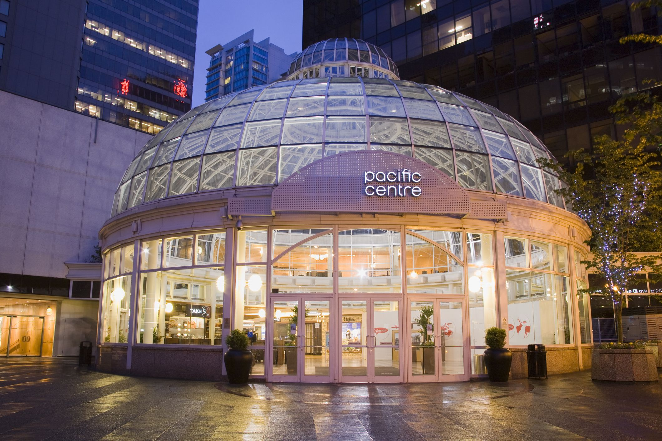 The Apple Store is located at West Georgia Street on the upper level of Pacific Centre, across from Harry Rosen. On public transit, take Millennium and Expo lines to Granville Station or Canada line to Vancouver City Centre.