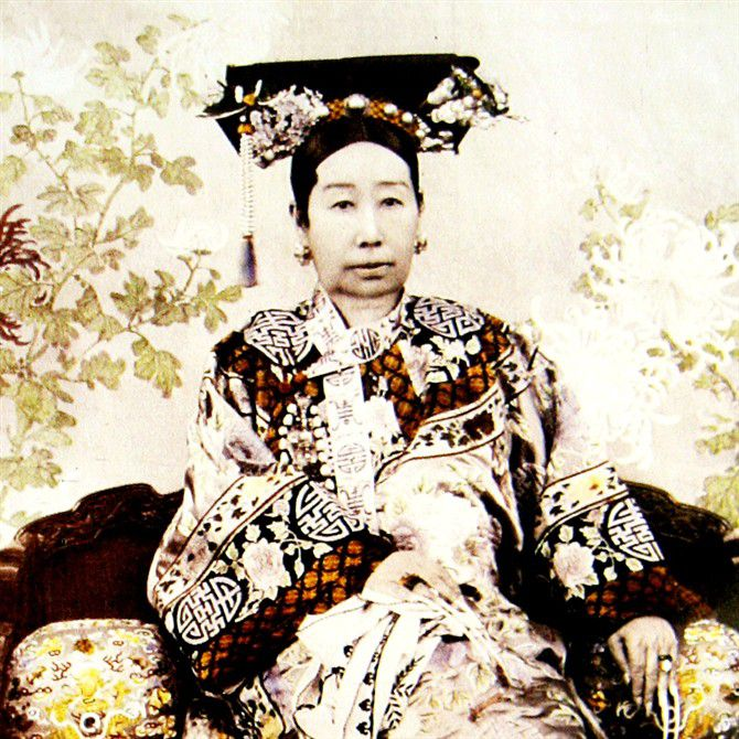 1905 photo of the Dowager Empress Cixi, known as the Dragon Lady of China