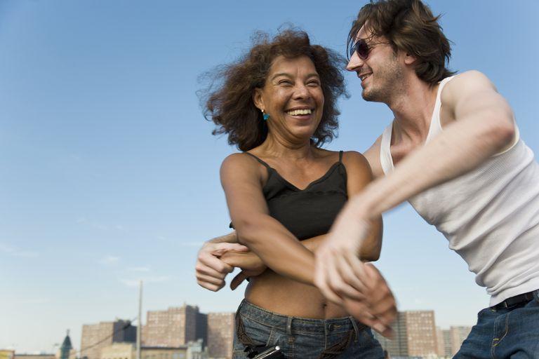 La cumbia es un baile de pareja muy popular entre los hispanos.