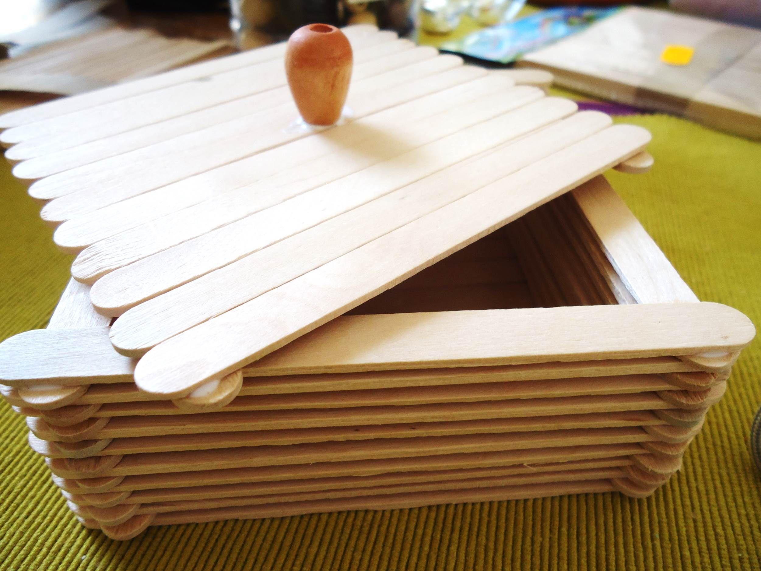 Caja con palitos de madera o palitos de paleta for Casitas de madera para guardar cosas