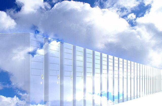 Cielo con nubes y servidores de Internet de fondo