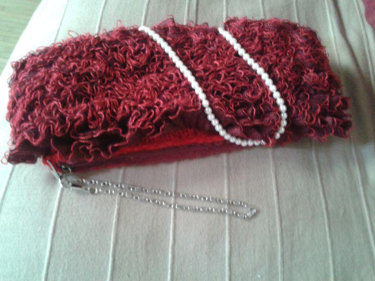 Bolso rojo de fiesta color rojo oscuro.