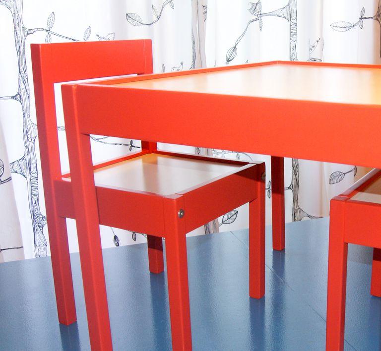 Mesa y silla pintadas