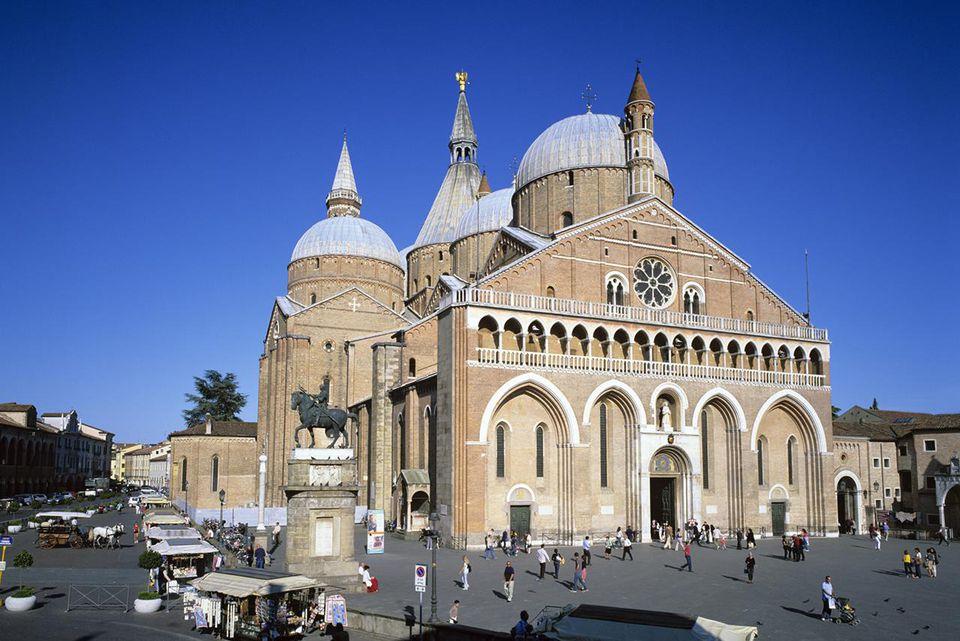 Il Santo (Basilica di San Antonio) and the Piazza del Santo, Padua, Veneto, Italy, Europe
