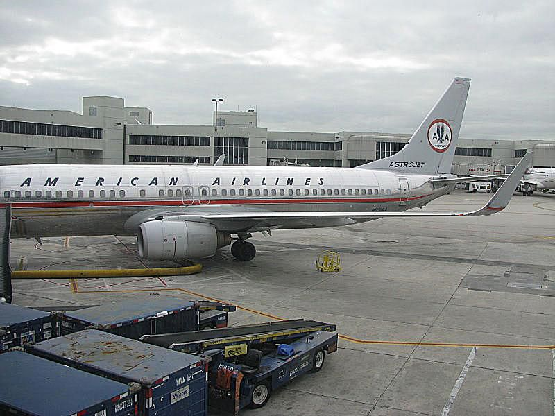 an american airlines boeing 737 painted with the old astrojet livery parked at miami international airport by nandhp own work cc by sa 3 0