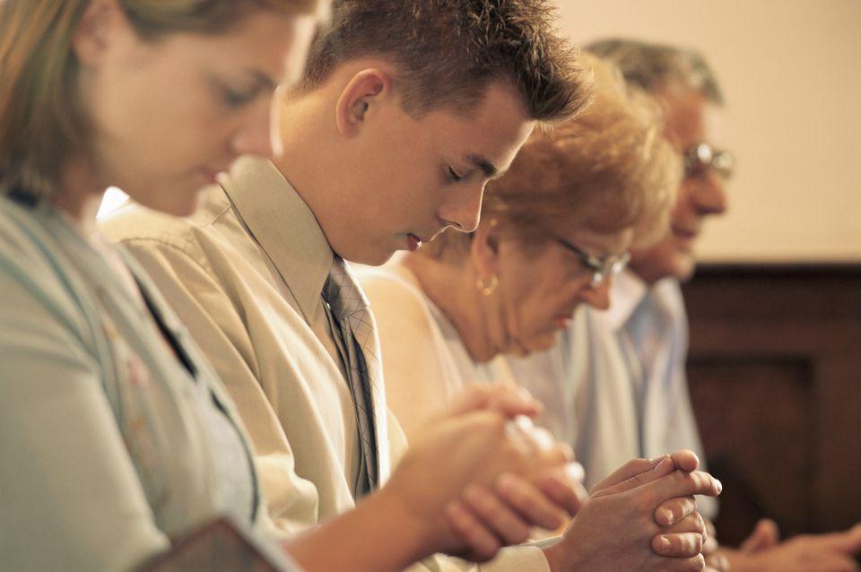 8 tips for church etiquette praying church congregation m4hsunfo