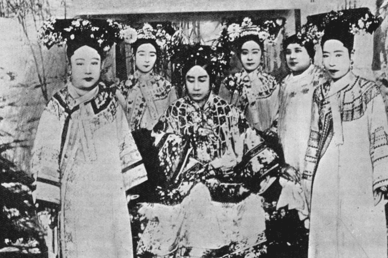 In the center: Dowager Empress of China, Cixi. In front of her: Empress Xiao Ding Jing.