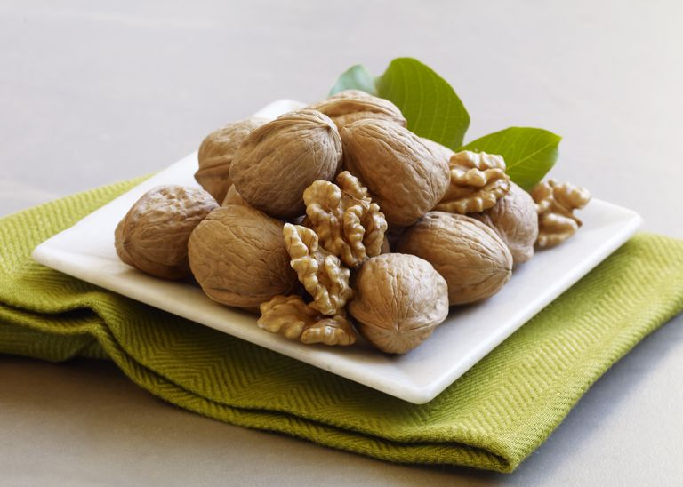 Beauty-Shot_Small-White-Plate-with-In-Shell-and-Shelled-Walnuts-on-Top-of-Green-Napkin
