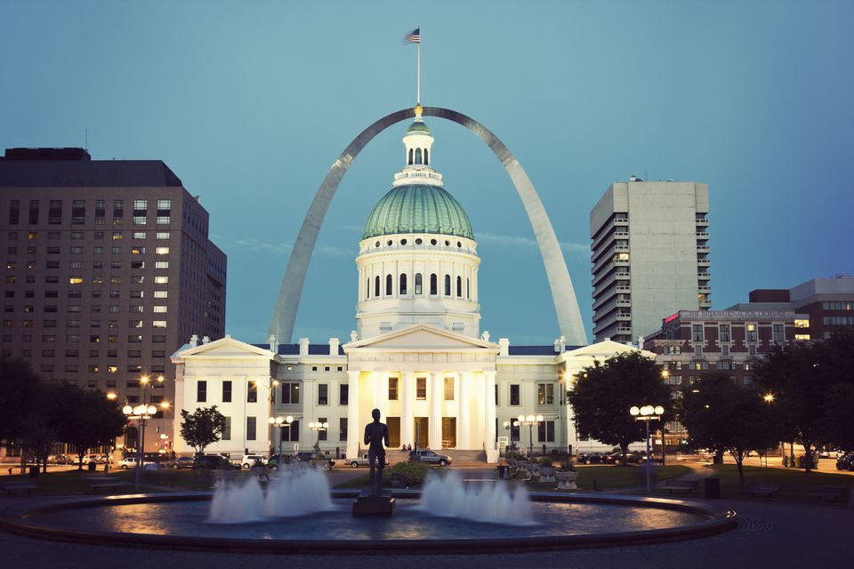 USA, Missouri, St. Louis, Fountain and courthouse at dusk