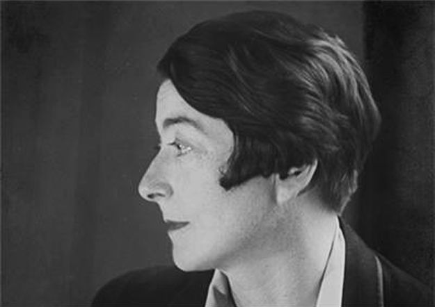 Eileen Gray circa 1910, black and white side view