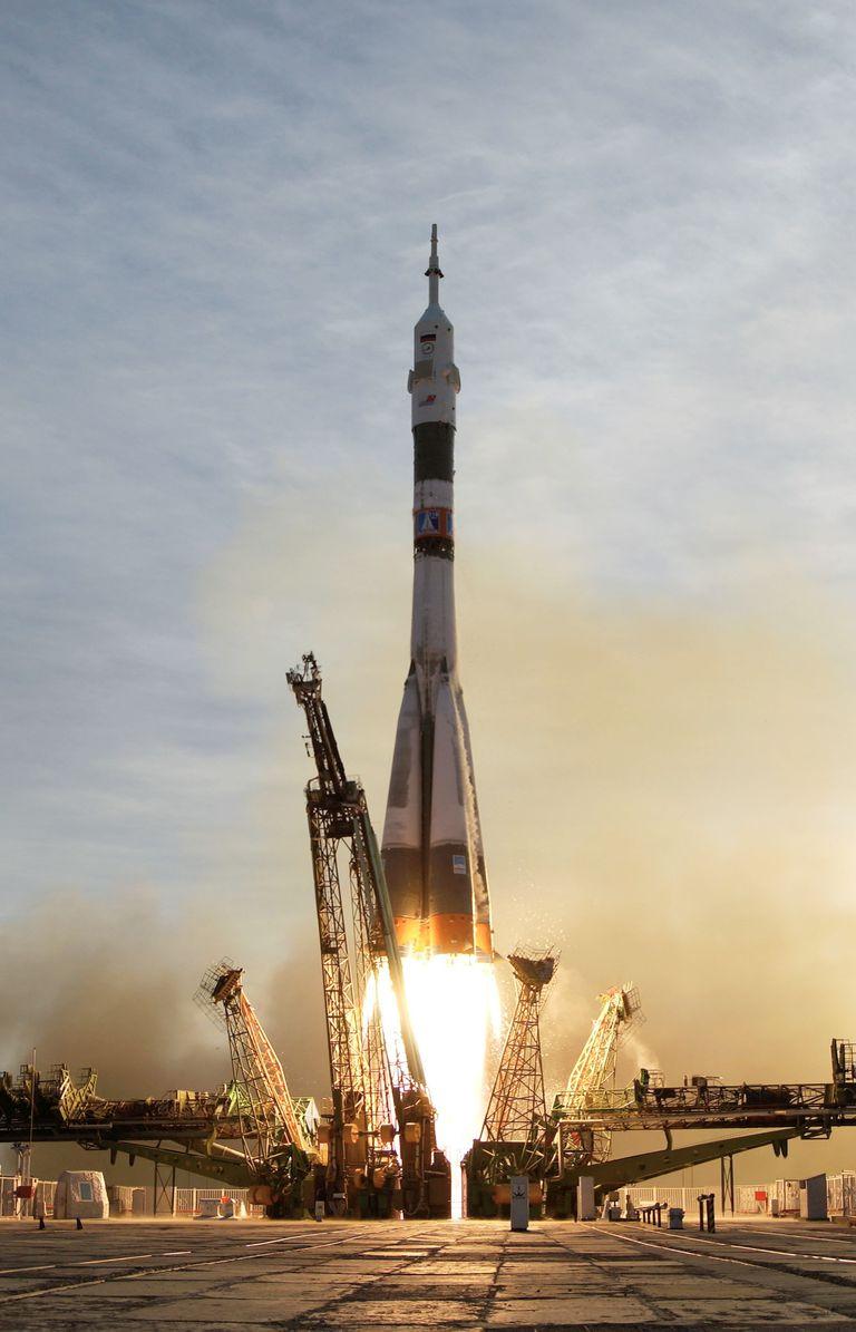 Soyuz_TMA-5_launch-baikonur.jpg