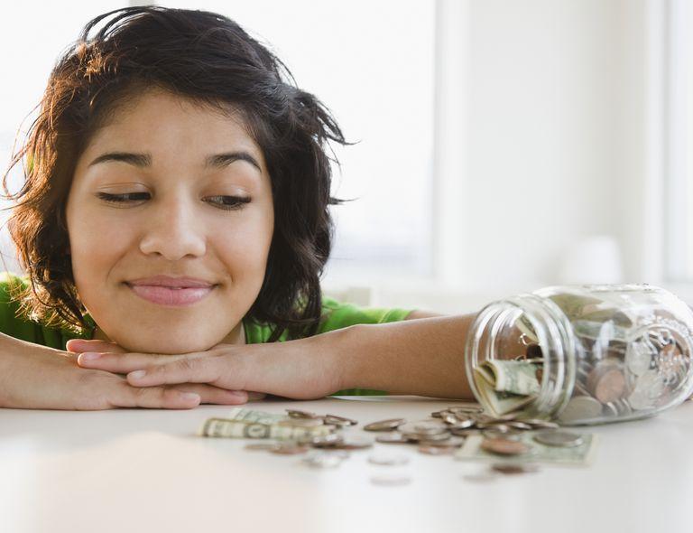 Mujer latina ahorrando en productos de limpieza