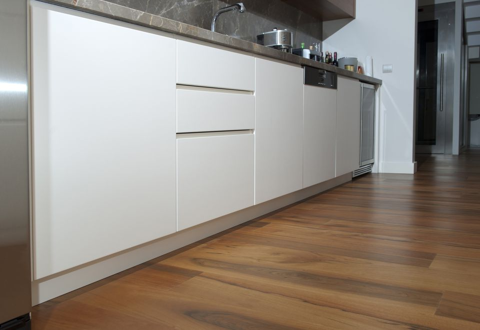 Laminate Flooring in Modern Kitchen 182901991