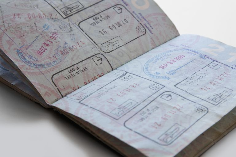 Un pasaporte con sellos de ingreso a los Estados Unidos.