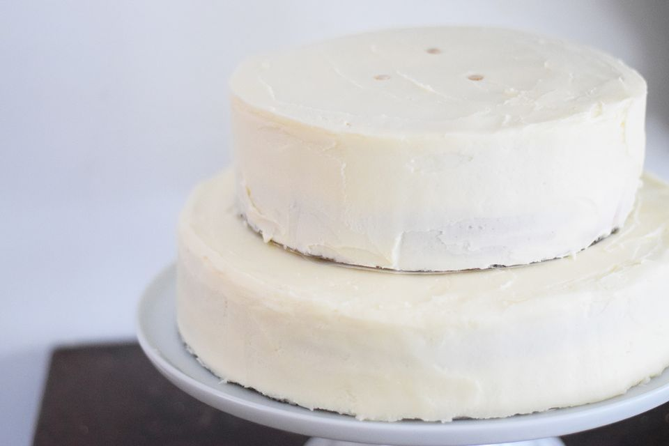 How To Stack A Wedding Cake With Wooden Dowels