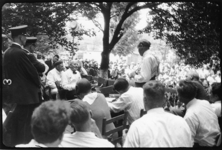 A view of the Scopes Trial once it was moved outside the courthouse, with William Jennings Bryan seated at left and Clarence Darrow standing on the right.