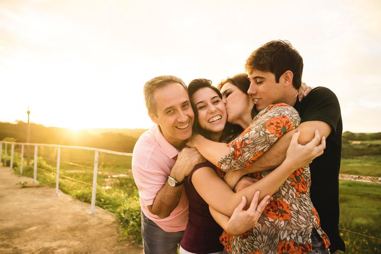 Familia demostrando amor familiar