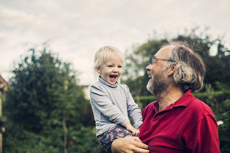 Abuelo y su nieta en brazos