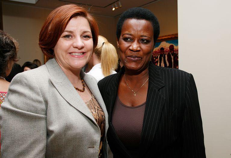 Faith Mukakalisa, a la derecha, parlamentaria ruandesa, junto a la portavoz del ayuntamiento de Nueva York, Christine Quinn.
