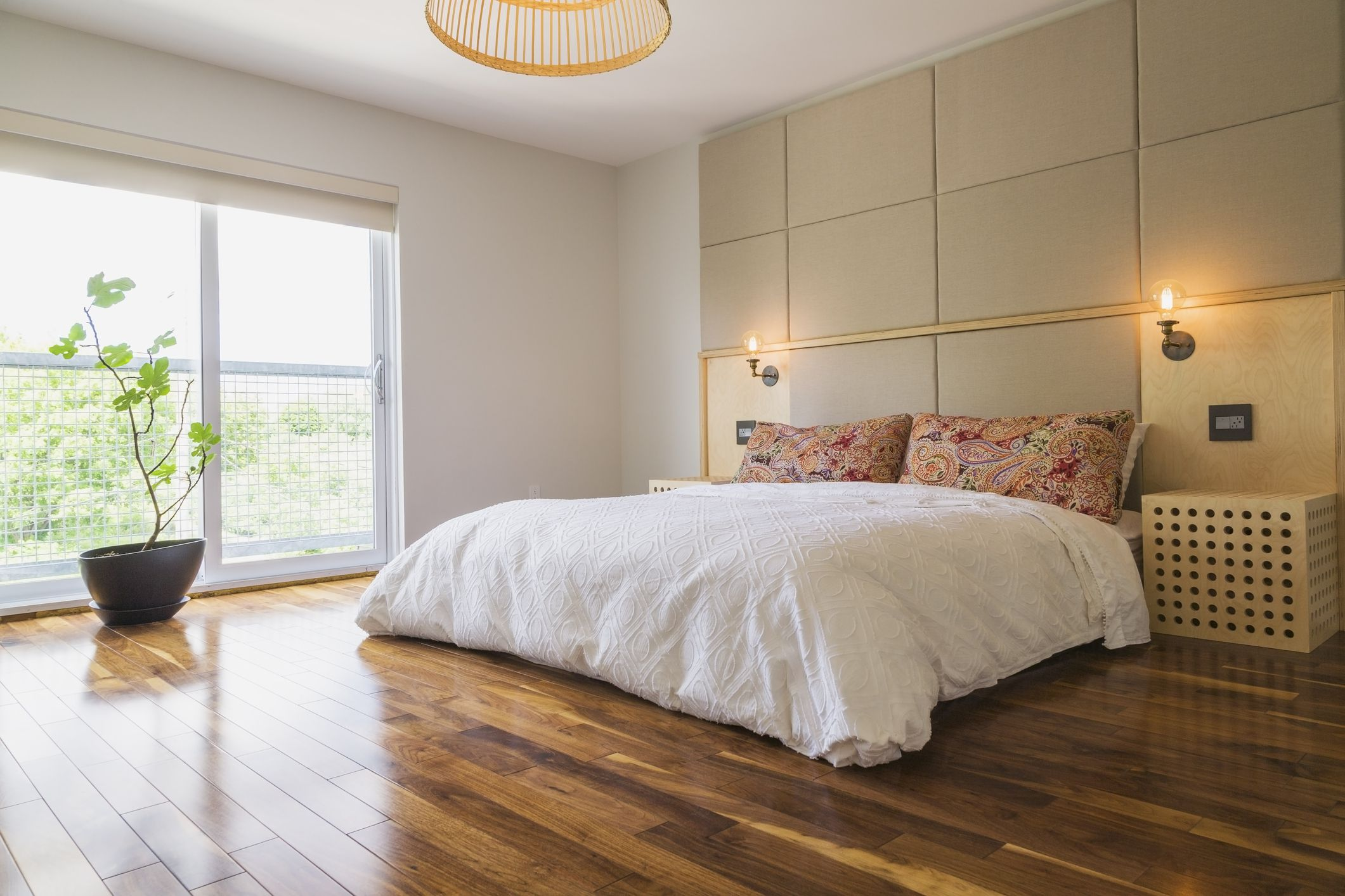 how to feng shui your bedroom 20468 | gettyimages 702551757 5ae247c68e1b6e0037c97e4e