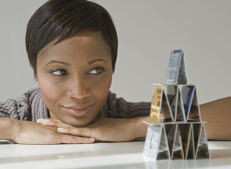 Mujer mirando pirámide de dinero