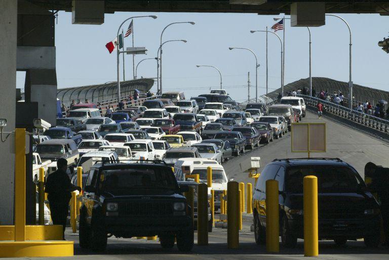 Tránsito en un puente de cruce entre USA y México