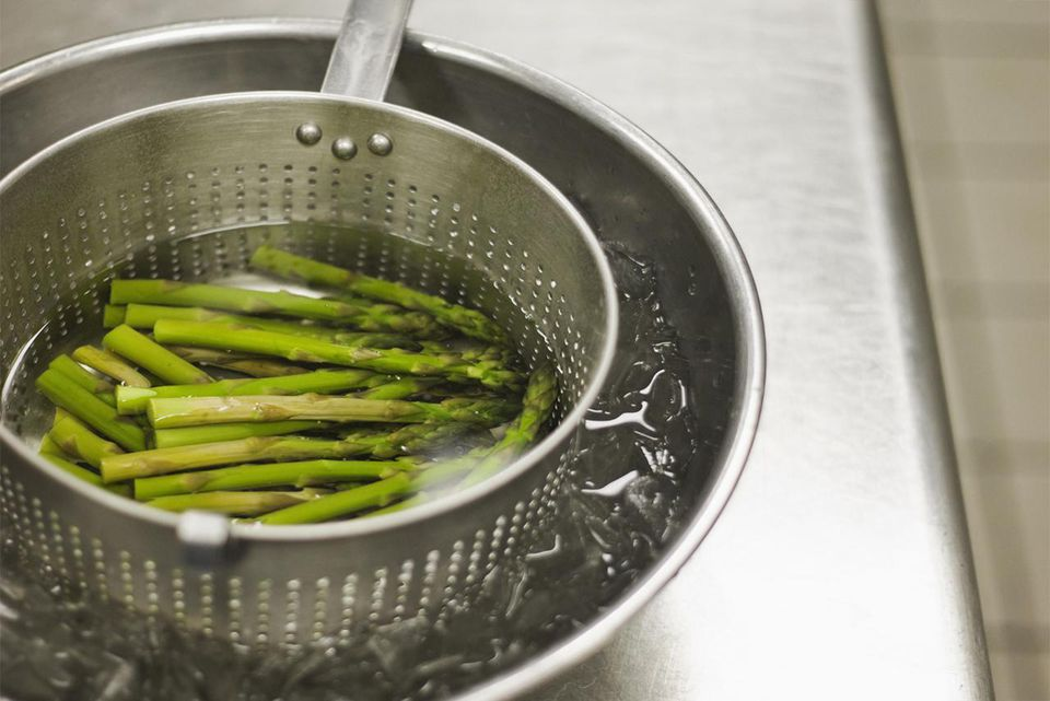 Asparagus cooling in ice water