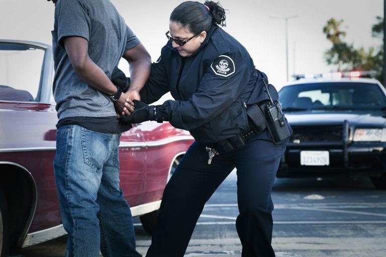 Policía practicando un arresto.