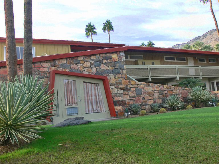 Discover the architecture of palm springs california for Palm springs strip hotels
