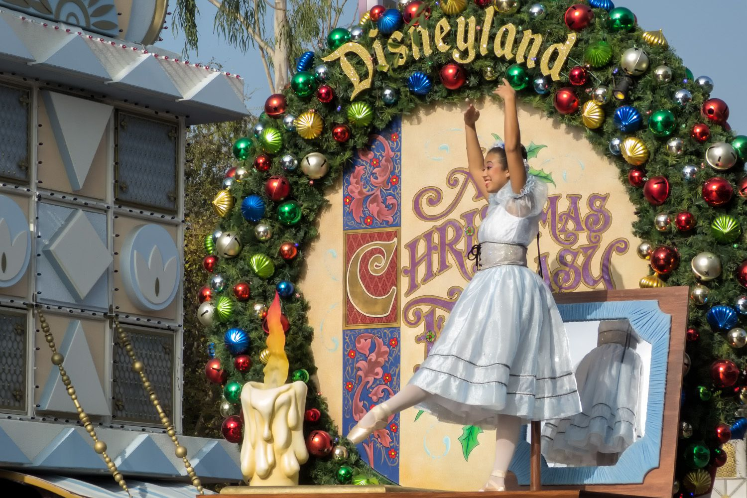 Going To Disneyland At Christmas Pros And Cons