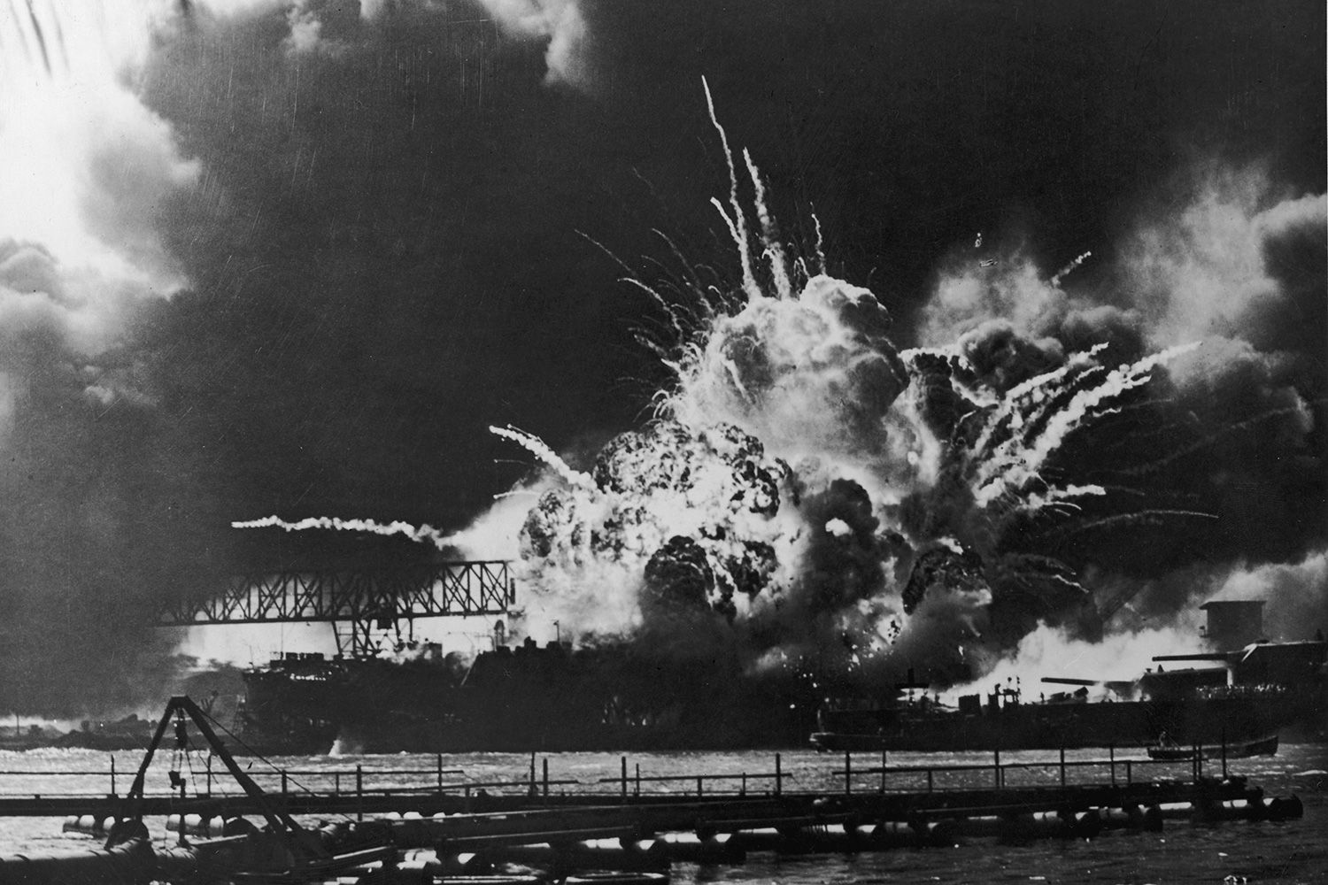 a history of the attack of the naval base at pearl harbor by the japanese On 7 december 1941, over 350 japanese aircraft attacked the us naval base in pearl harbor, hawaii, destroying or badly damaging much of the us pacific fleet and causing thousands of casualties.