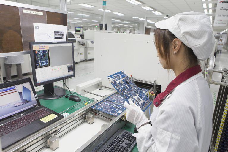 Prueba de una placa base portátil en una línea de ensamblaje de Lenovo.