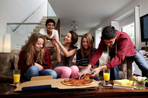teens eating pizza
