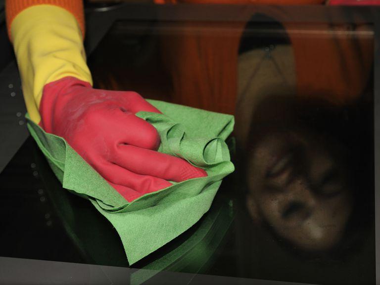 Mujer limpiando con bayeta