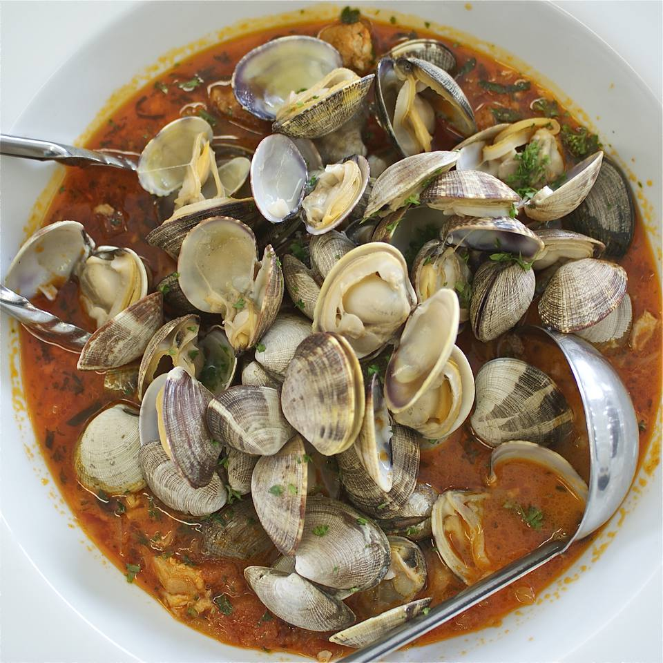 A bowl of spicy steamed clams