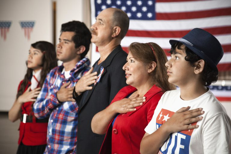 Una familia hispana jurando lealtad a los Estados Unidos
