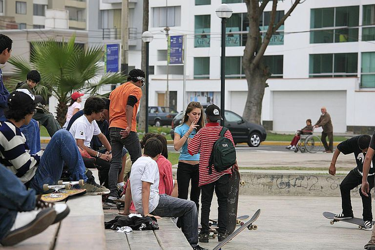 Grupo de adolescentes en la calle