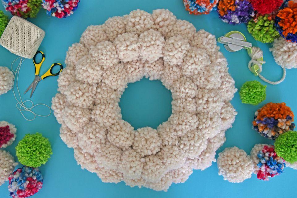 White-Pom-Pom-Wreath-Board