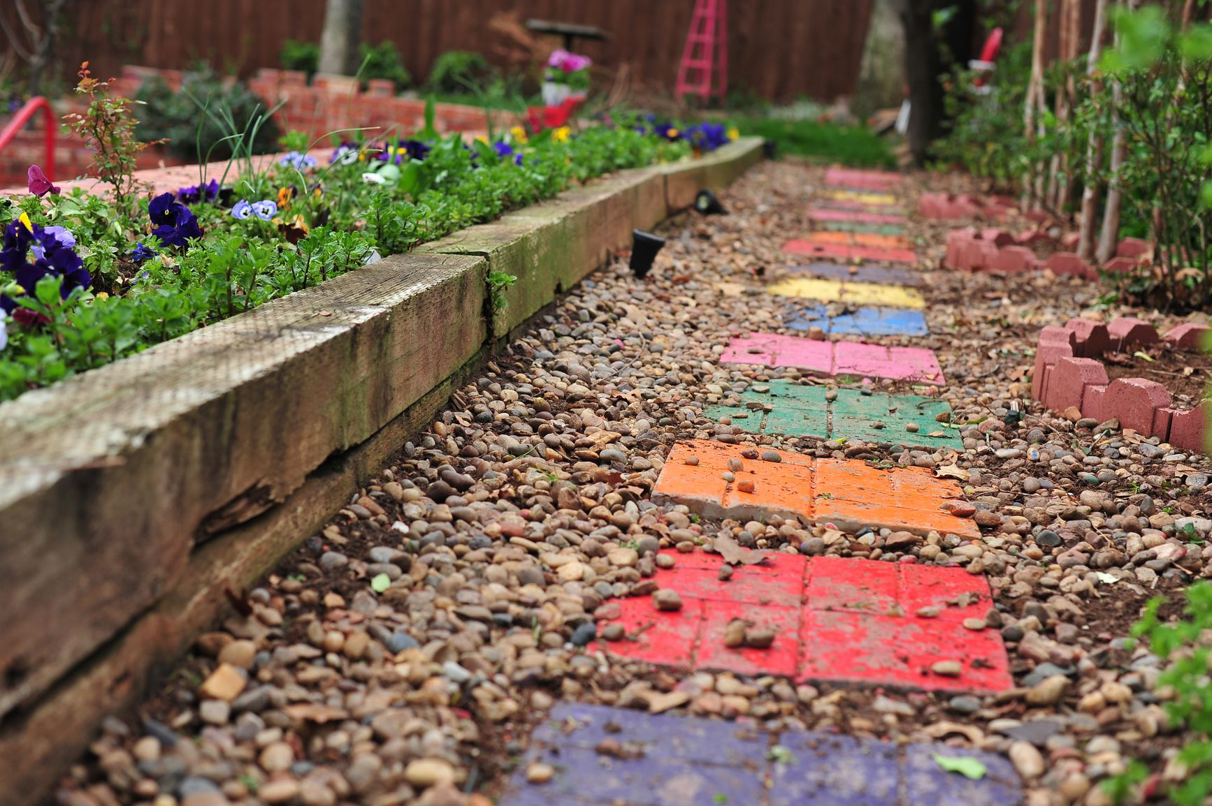 How to make garden stepping stones in 15 easy steps for How to landscape a garden
