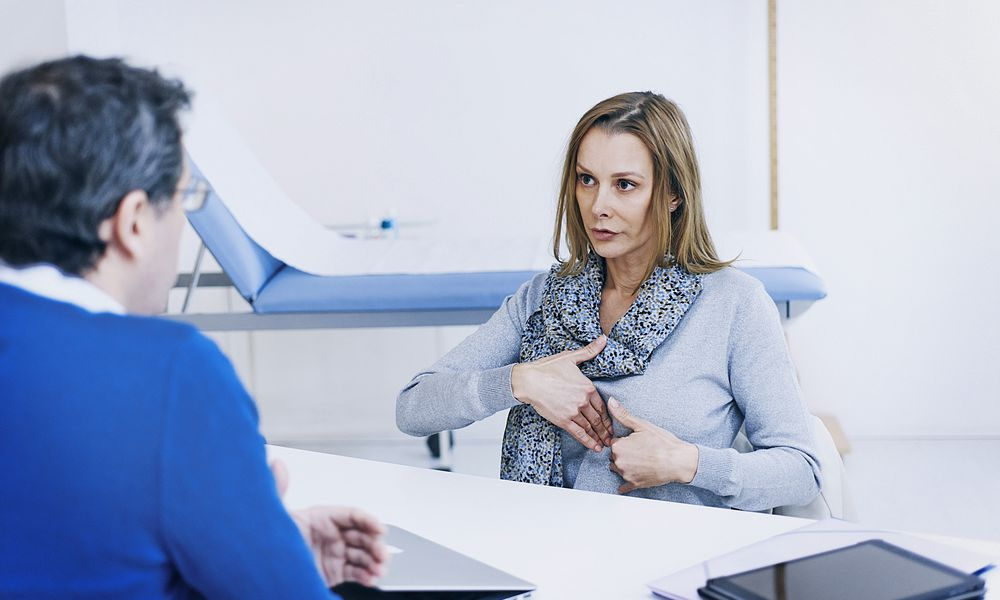Discussing chest pain with doctor.