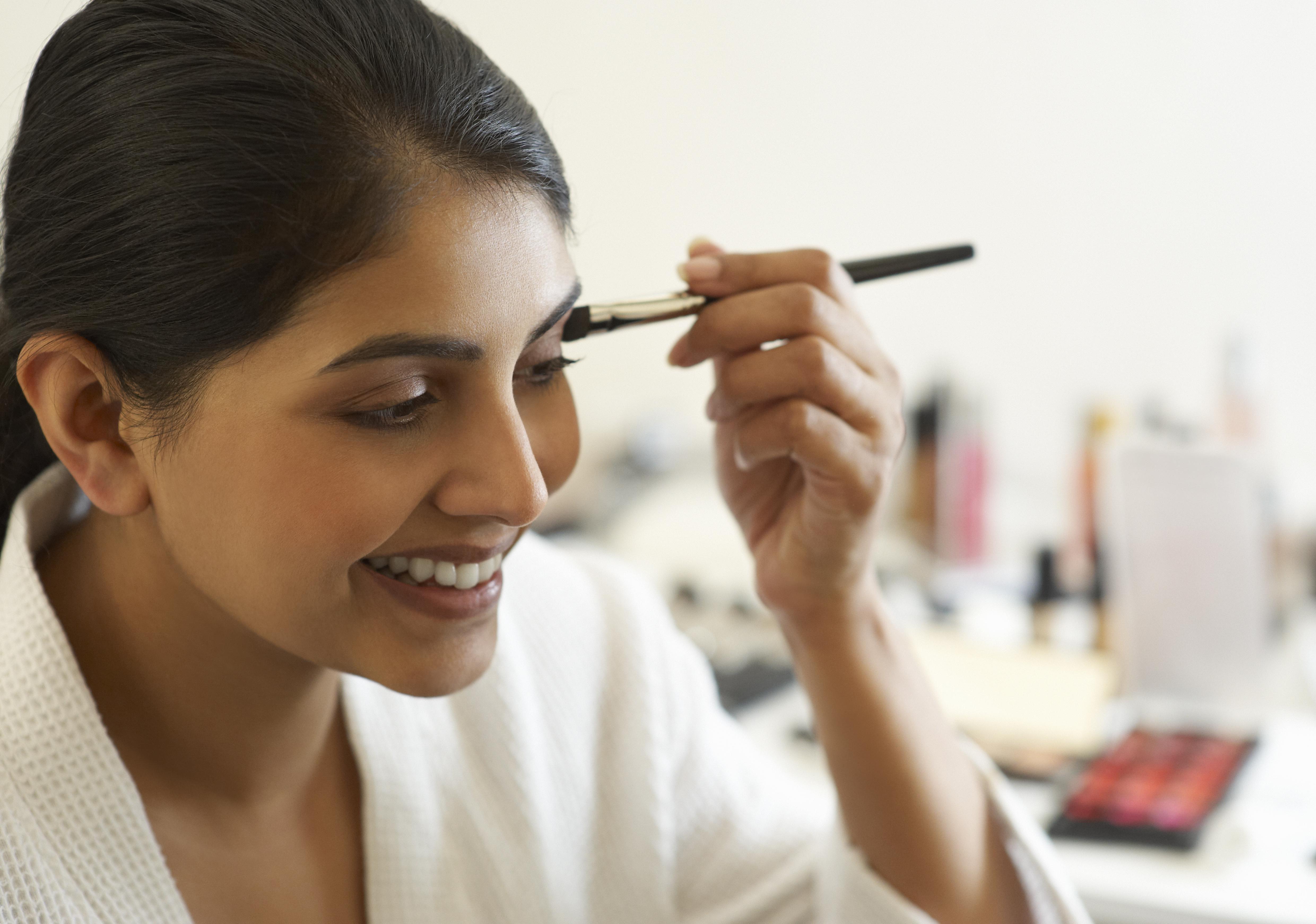 How to apply eye makeup on sagging eyelids