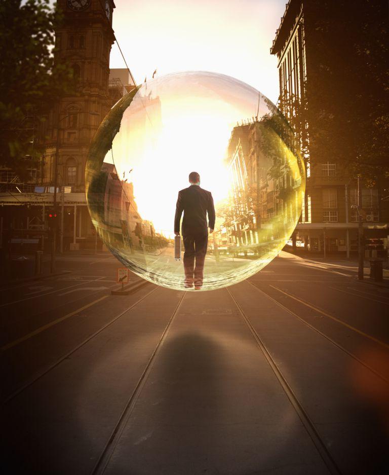 Hombre protegido por burbuja gigante