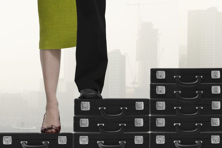 El 'techo de cristal' y 'suelo pegajoso' dificultan el ascenso de la mujer en el mercado laboral.
