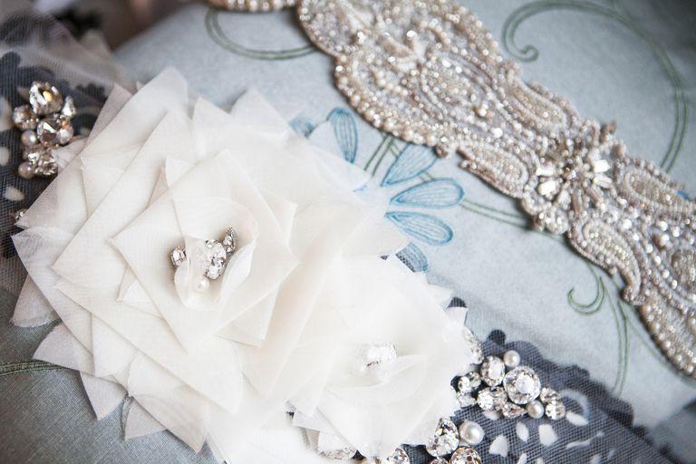 Realza tu figura y pone un toque personalizado a tu vestido de novia con un cinto.