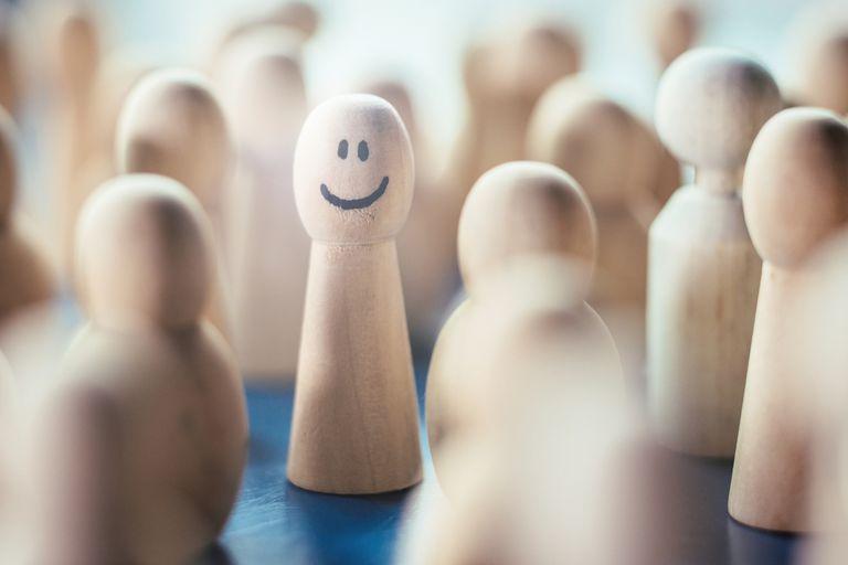 Feliz figura de peón en un grupo de peones