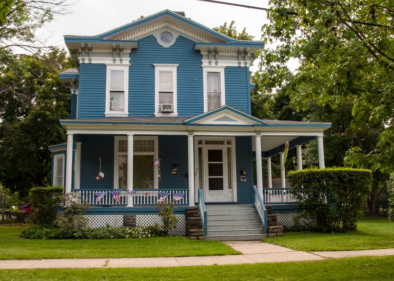 Houses of blue photos to inspire your next paint job for Building a home in michigan