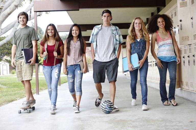 Grupo de 6 muchachos latinos caminando sonrientes