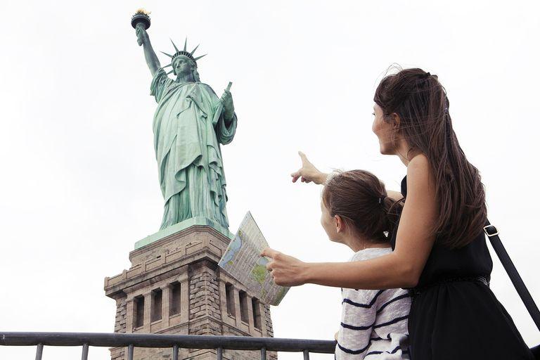 Madre e hija mirando la estatua de la libertad